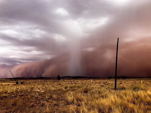 Австралию накрыла сильнейшая песчаная буря: зрелищное видео
