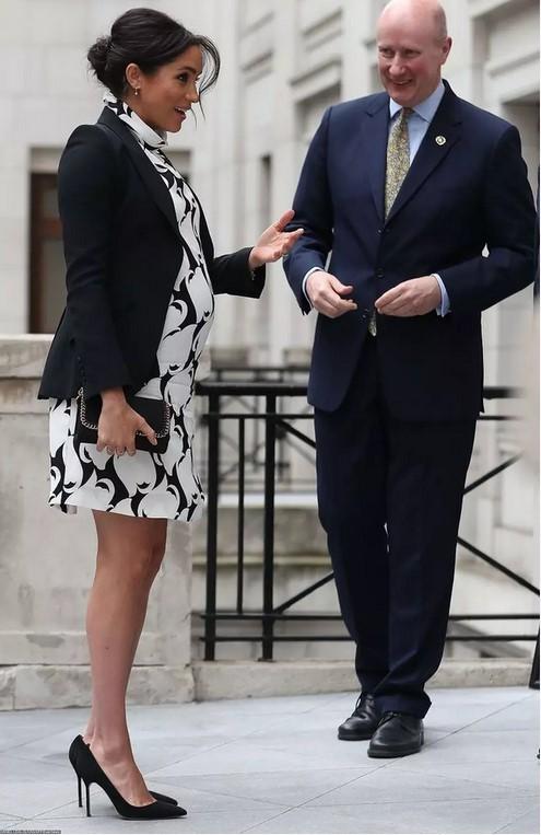 Меган Маркл не стесняется носить мини-платья на последних сроках беременности
