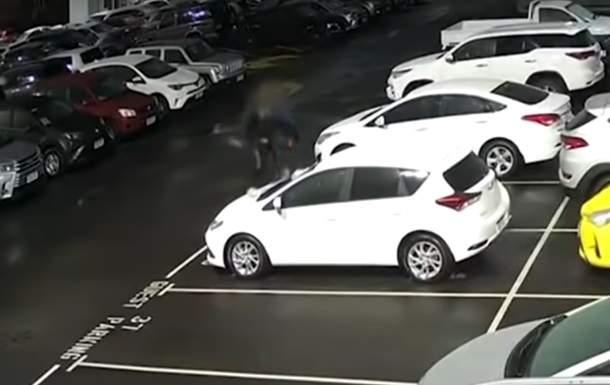 Два подростка разбили почти 37 новых машин (видео)