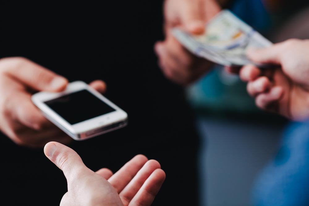 Що перевіряти при купівлі смартфона «з рук»