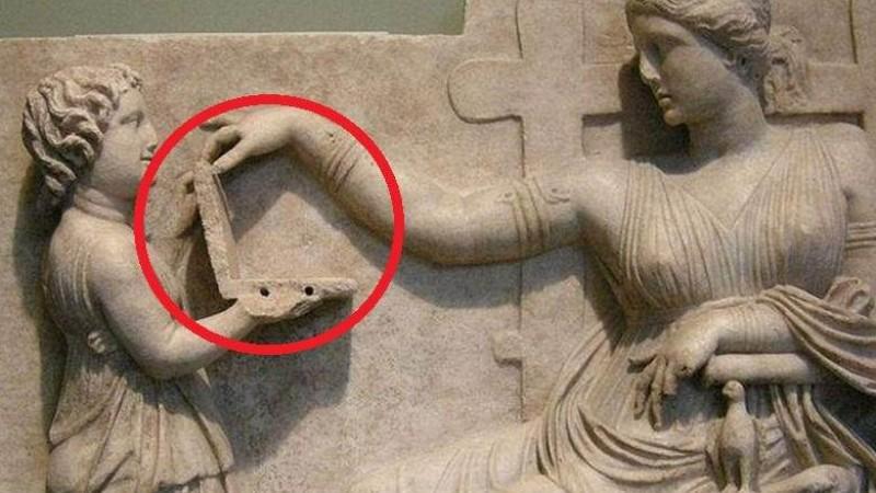 На древней статуе обнаружили девочку с ноутбуком