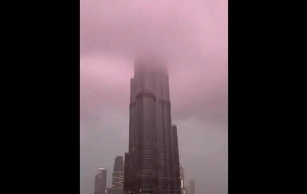 Молния ударила в верхушку самого высокого сооружения в мире: яркое видео