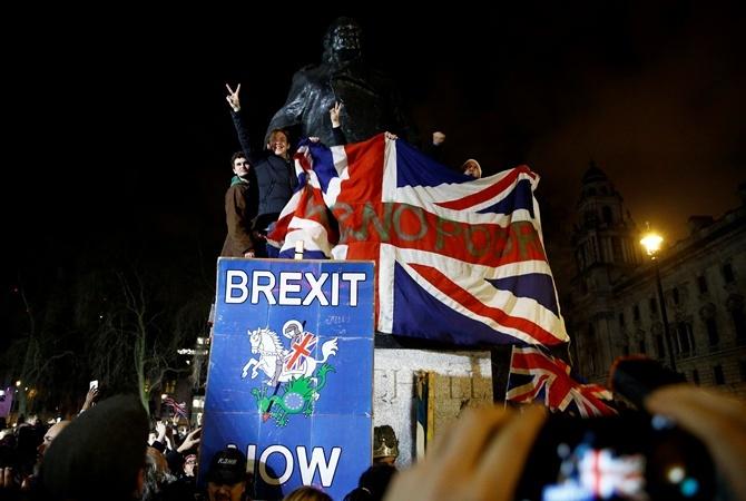 После выхода из ЕС британцам выдадут новые паспорта